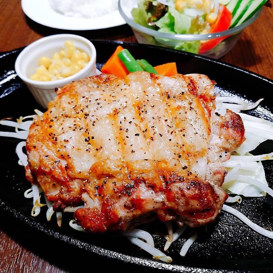 ステーキも熱々鉄板でテンション上がります